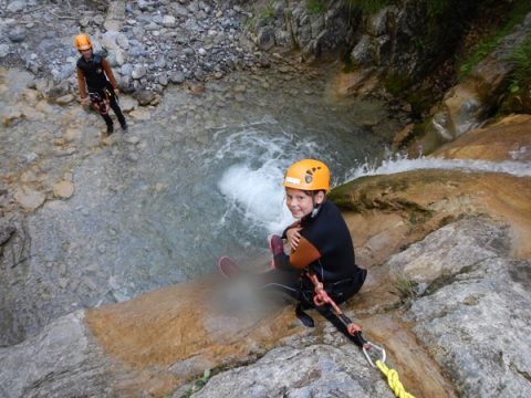 meisje canyoning waterval